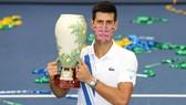 Djokovic đeo khẩu trang nhận cúp vô địch Cincinnati Masters