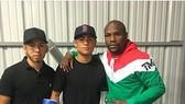 Danny Gonzalez (giữa) và Mayweather