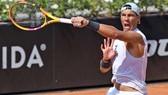 """Italian Open: Djokovic """"làm lại từ đầu"""" bằng 2 ván thắng, Nadal cũng tái xuất với 2 ván thắng"""