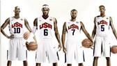 Kobe Bryant (thứ 2 từ trái qua) và Kevin Durant (ngoài cùng bên phải) ở đấu trường Olympic