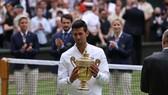 Djokovic và chiếc cúp vô địch Wimbledon