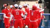 Các nữ tuyển thủ bóng mềm Nhật Bản ăn mừng chiến thắng