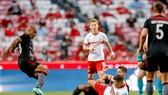 Spartak (trang phục đỏ - trắng) thất thủ trước Benfica