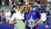 Medvedev giương cao chiếc cúp vô địch US Open bên cạnh Djokovic