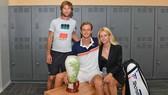 Medvedev bên cạnh HLV Cervara và vợ của anh