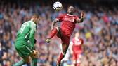Sadio Mane (phải, Liverpool) ham bóng nên đá thẳng vào người thủ thành Ederson (Manchester City). Ảnh: Getty Images.