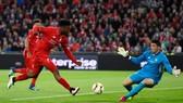 Daniel Sturridge sút bóng qua tay thủ thành Sevilla ở trận chung kết Europa League 2016. Ảnh: Getty Images.