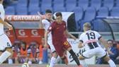 El Shaarawy (AS Roma) đột phá qua hàng thủ Udinese. Ảnh: Mediaset