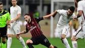 Andrea Bertolacci (trái, AC Milan) tranh bóng với Clement Grenier  (AS Roma). Ảnh: Getty Images.