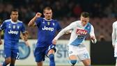 Piotr Zielinski (phải, Napoli) tranh bóng với Stefano Sturaro (Juventus). Ảnh: Getty Images.
