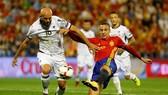 Rodrigo (phải, Tây Ban Nha) tung cú sút chéo góc, mở tỷ số trước Albania.   Ảnh: Getty Images.