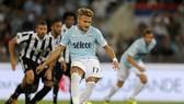 Ciro Immobile (Lazio) sút thắng quả 11m trong trận Siêu cúp Italia với Juventus. Ảnh: Getty Images.