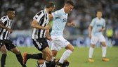 Sergej Milinkovic Savic (phải, Lazio) bứt phá qua trung vệ Giorgio Chiellini (Juventus). Ảnh: Getty Images.