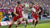 Robert Lewandowski (trái, Bayern) d09i bóng qua hậu vệ Janik Haberer (Freiburg). Ảnh: Getty Images.