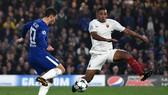 Eden Hazard (trái, Chelsea) tung cú sút góc hẹp, nhân đôi cách biệt. Ảnh: Getty Images.