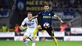 Mauro Icardi (Inter, phải) đi bóng trước hậu vệ Sampdoria. Ảnh: Getty Images.