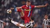 Gonzalo Higuain (dưới, Juventus) tranh bóng với Salamon Bartosz (Spal). Ảnh: Getty Image.