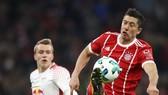 Robert Lewandowski (phải, Bayern Munich) ấn định tỷ số 2-0. Ảnh: Getty Images.