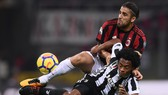Ricardo Rodriguez (trên, AC Milan) tranh bóng với Juan Cuadrado (Juventus). Ảnh: Getting Images.