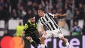 Paulo Dybala (phải, Juventus) đi bóng qua hàng thủ Sporting. Ảnh: Getty Images.