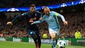 David Silva (phải, Manchester City) cố gắng vượt qua Elseid Hysaj (Napoli). Ảnh: Getty Images.