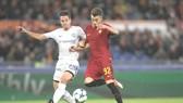 Stefan El Shaarawy (phải, AS Roma) băng vào cắt mặt hậu vệ Chelsea để ghi bàn thứ 2. Ảnh: Getty Images.