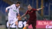 Tiền vệ Radja Nianggolan (phải, Roma) đi bóng qua tiền đạo Fiorentina. Ảnh: Getty Images.