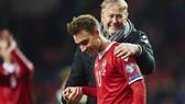 HLV Age Hareide và tiền vệ Christian Eriksen chuẩn bị cho trận đấu với CH Ailen. Ảnh: Getty Images.