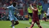 Tiền đạo Stephan El Shaarawy (phải, Roma) rê  bóng trước Bastos Jacint (Lazio). Ảnh: Getty Images.