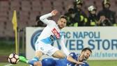Tiền đạo Dries Mertens (trên, Napoli) phạm lỗi với Miralem Pjanic (Juventus). Ảnh: Getty Images.
