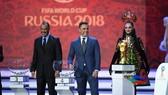 Cựu danh thủ Cafu (Brazil) và Fabio Cannavaro (Italia) trong lễ bốc thăm. Ảnh: Getty Images.