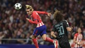 Antoine Griezmann (trái, Atletico Madrid) trong pha không chiến trước David Luiz. Chelsea) Ảnh: Getty Images.