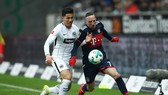 Franck Ribery (phải, Bayern) vượt qua hậu vệ Frankfurt. Ảnh Getty Images.