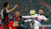 Lucas Tousart (phai, Lyon) tranh bóng với hậu vệ Caen. Ảnh: Getty Images.