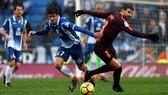Gerard Pique (phải, Barca) và Gerard Moreno.