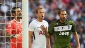 Chiellini (phải, Juventus) phải ngăn cản Harry Kane tiếp cận khung thành Buffon.