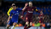 Andres Iniesta (phải, Barca) đi bóng trước Pedro (Chelsea)