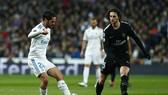 Adrien Rabiot (phải, PSG) tranh bóng với Isco (Real Madrid).