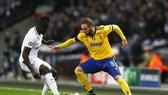 Gonzalo Higuain (phải, Juventus) đi bóng qua trung vệ Sanchez (Tottenham)