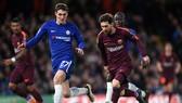 Trung vệ Andreas Christensen (trái, Chelsea) chưa đủ bản lĩnh để phong tỏa Leo Messi (Barcelona). Ảnh: Getty Images.