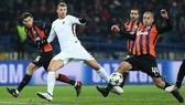 Edin Dzeko (AS Roma) trước hàng phòng thủ Shakhtar Donetsk.