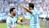 Leo Messi và Gonzalo Higuain sẽ xuyên phá khung thành của Gigi Buffon.