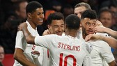 Các cầu thủ Anh ăn mừng chiến thắng trước Hà Lan.