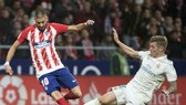 Yannick Ferreira-Carrasco (trái, Atletico Madrid) tranh bóng với Toni Kross (Real).