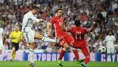 Ronaldo (trái, Real Madrid) là nỗi ám ảnh cho hàng thủ Bayern.