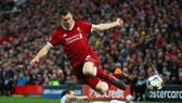James Milner (Liverpool) đi bóng qua hậu vệ Roma.