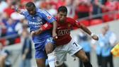 Ashley Cole (trái, Chelsea) luôn nhanh hơin Ronaldo (Manchester United) một bước.