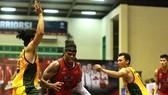 Chủ nhà Thang Long Warriors (áo đỏ) đã có chiến thắng nhẹ nhàng. Ảnh: NGỌC HẢI