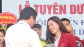Nguyễn Thị Huyền đã được tặng thưởng trong lễ vinh danh của Liên đoàn điền kinh Việt Nam. Ảnh: NGỌC HẢI
