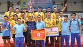 HLV Triệu Tử Thiên (cầm cờ lưu niệm) đã rời đội 1 Khánh Hòa sau khi đoạt chức vô địch quốc gia. Ảnh: THIÊN HOÀNG